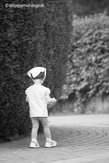 kid, kleines mädchen, straßenfotografie, sw-fotografie, wildpeppermint-design.de