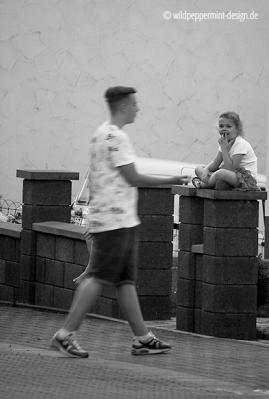 Kids beim ballspiel, sw-foto, alltagssituation kinder, wildpeppermint-design.de