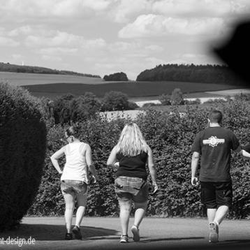 Kids beim Pokemon-Go-Spielen unterwegs, sw-foto, alltag kids, wildpeppermint-design.de