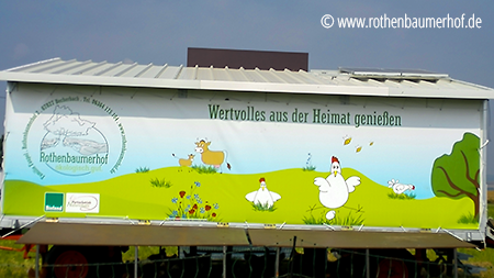 Kunden zeigen ihre werbung, Rothenbaumerhof, Illustration Werbebanner, Illustration Hühnermobil, Illustration Hühner und Kühe, © wildpeppermint-design.de